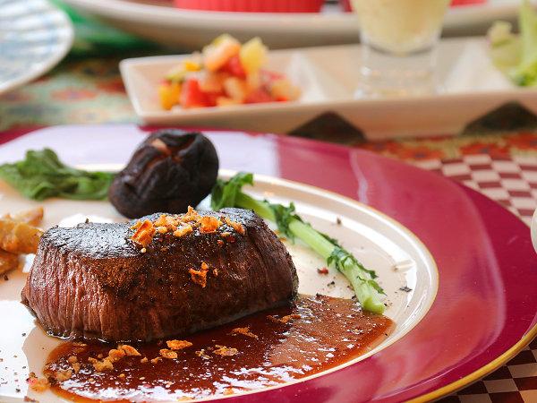 【夕食】狩人さんから直接仕入れたジビエ肉のステーキはとても柔らかく美味しくいただけます☆
