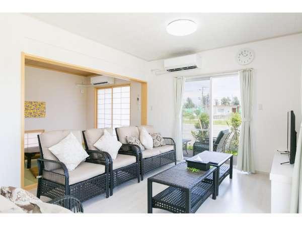 リビングルーム、窓から庭に出られます。開放感のある作りとなっております。