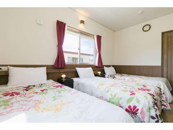 シングルベッド×3台のお部屋が2部屋と和室にお布団4組で計10名様がご宿泊できます。