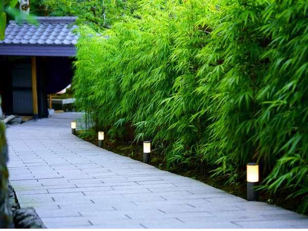 【べっぷ昭和園フロント】に向かう入口通路でございます。四季折々の自然を感じながらお進みいただきます。