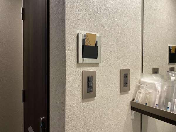 【客室電気】入室してすぐのスリットにカードキーを差し込むと通電いたします。