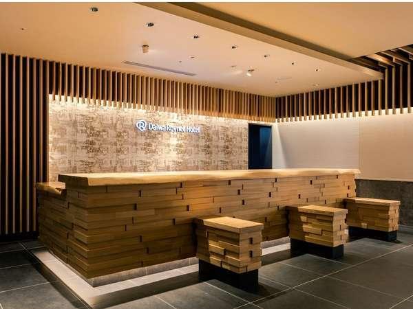 ≪フロント≫重厚感のある一枚板のフロントとバックは最新デザインの西陣織で皆様をお迎えいたします
