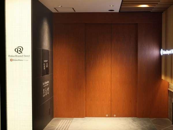 ホテルエントランスは隠れ家的な木の扉