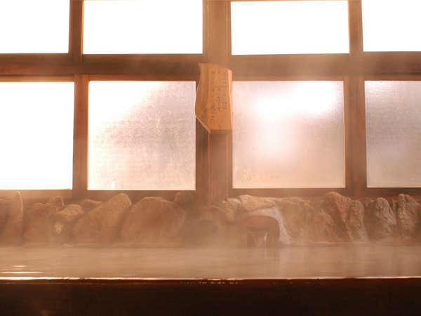 硫黄の香りと槙の香りがたちこめる大浴場。