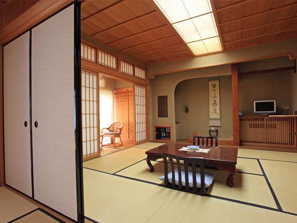 窓からの日射しも心地よく、温泉街を一望していただけます(特別室の一例です)