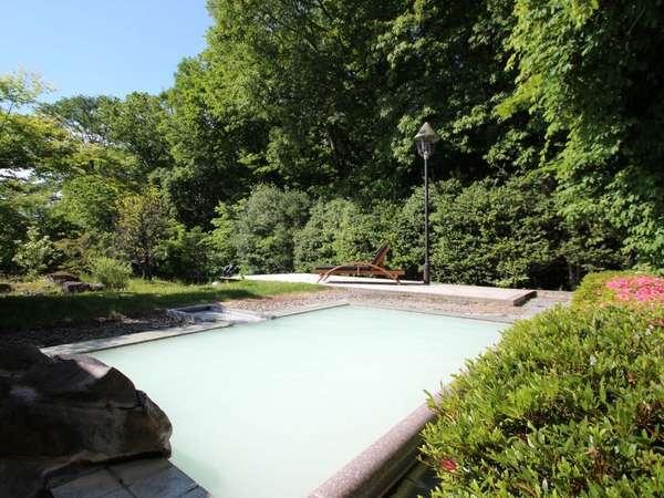 気候によって白濁する源泉かけ流しの露天風呂。全国でも珍しい【酸性泉】美肌の湯をお楽しみくださいませ