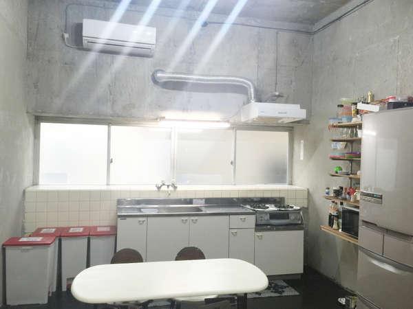 【共用キッチン】/ 目の前にスーパーがあるので自炊にとても便利。冷蔵庫・料理器具・ 調味料類をご用意。
