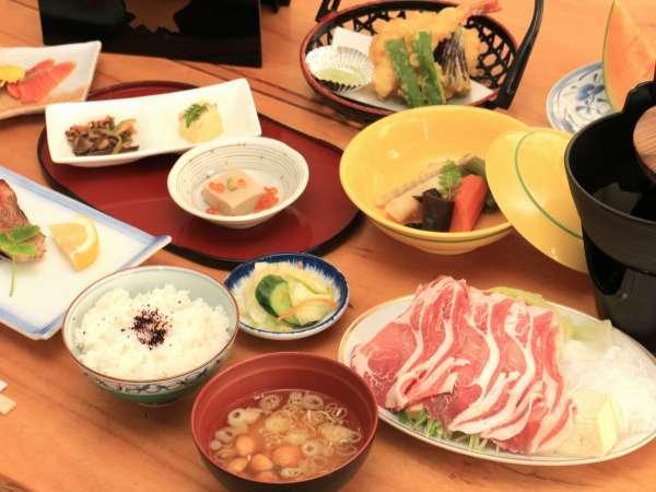 夕食。富良野野菜の天ぷら・ふらのポークのすき焼き等、地元の旬食材使用