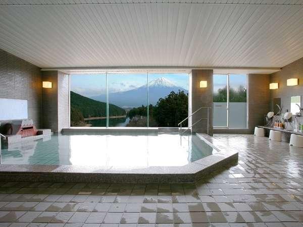 温泉では、まるで絵画のような富士山を望むことが出来ます。条件が揃えば浴槽に「逆さ富士」も写ります。