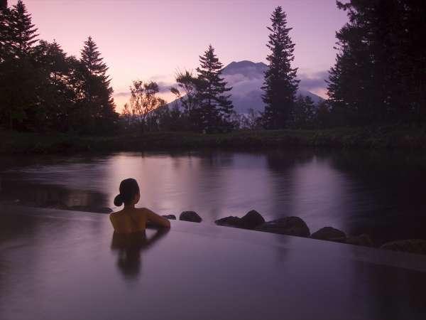 【露天風呂・夏】源泉かけ流し温泉で心も体もリラックス。