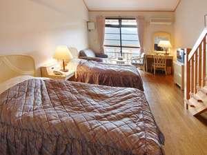 【洋室】メゾネット付き(トリプル+ソファベッド)22㎡天井が高くゆったりとしたスペース。
