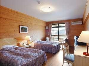 【洋室】ログ調のツイン。22㎡プライベート空間として快適さに包まれた空間。