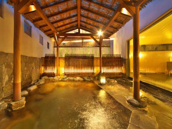 【女性専用露天風呂】犬矢来風の照明が印象的な露天風呂は大浴場に併設