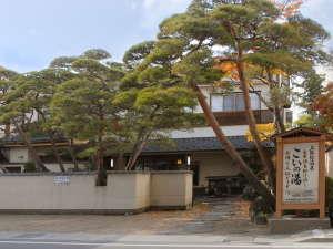 赤松がシンボル。湖畔より一筋、入った静かな通りにある旅館。