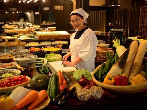 【のれそれ食堂】豊富なご当地料理のバイキング。古民家風の台所でかっちゃが「よぐきたねぇ~」とお出迎え
