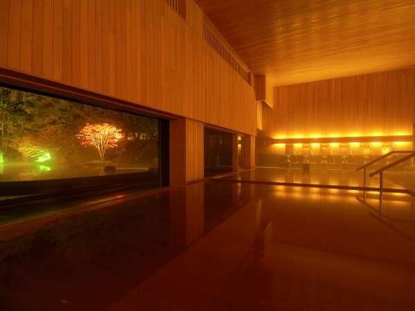 【内湯 ひば湯】静かな湯けむりの中に、優しい青森ヒバの香りが上品に漂います