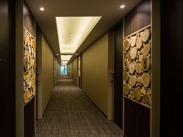 廊下には、ホテルを建設する際、伐採した木がインテリアとして利用されています。