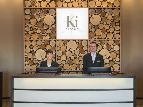 フロントでは笑顔でお出迎え。日本語、英語対応です。