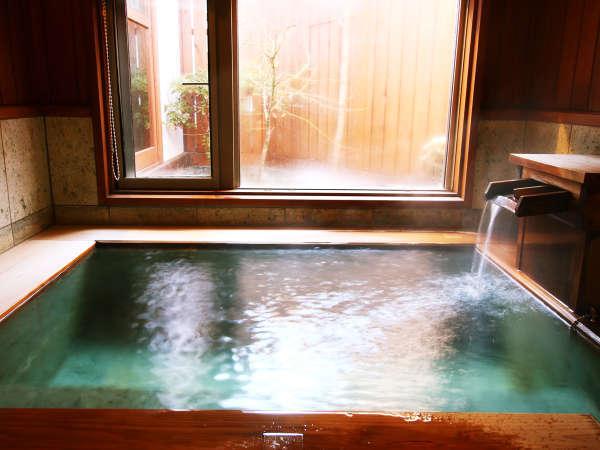 【藤の間】中庭を見渡せる内湯は源泉掛け流し100%天然温泉です。