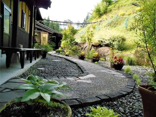 当館は自然に囲まれた中にあります。温泉までのアプローチは季節の草花がお出迎え!心も身体も癒されます。