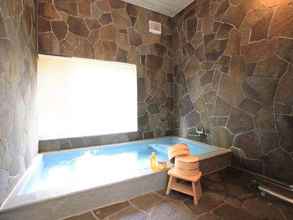 24時間OKの貸切岩風呂、お好きな時間にお楽しみください。