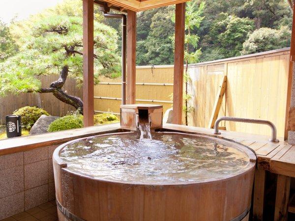 2種類ある貸切風呂は、どちらも窓が大きく開き、露天風呂感覚で楽しめる。こちらは丸い桶風呂【ほの香】