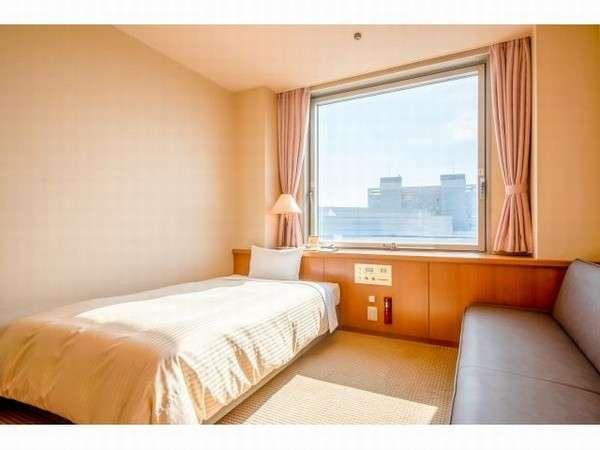 「シングルルーム」18平米のゆとりある広さ。ベッドはセミダブルタイプ(120㎝幅)