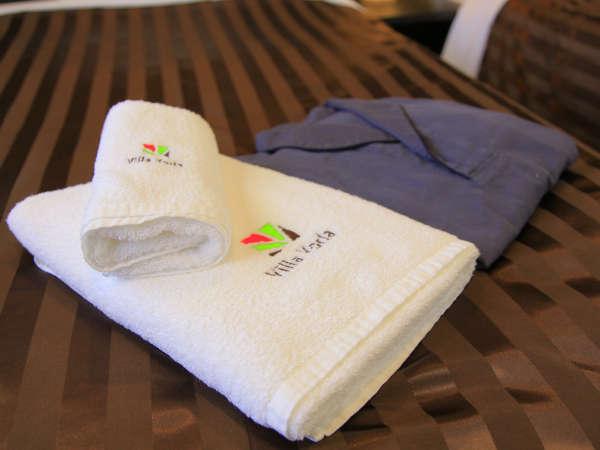 各客室にパジャマをご用意。肌触りよく上下が別タイプのルームウェアです。