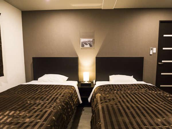 【寝室】52㎡のゆとりのある広さ。シモンズのセミダブルベッドで心地良い眠りをご提供。