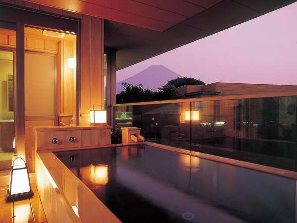 ゆらく山彦亭の客室露天風呂(写真は湯話タイプ) ※晴天時には富士山を眺めてゆっくり温泉を満喫