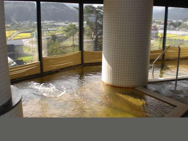 当館自慢の大浴場からは、奥会津の田園風景を一望できます。