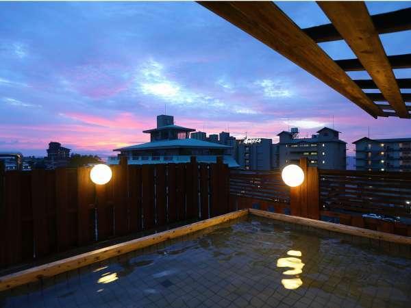 屋上露天風呂「大空海」夕焼けや星空を眺めながらご入浴頂けます。