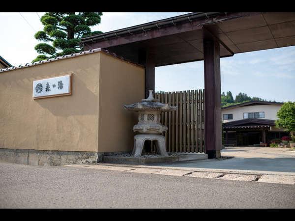 【外観】総平屋造りの由緒ある湯宿。段差が少ないバリアフリーで皆に優しい
