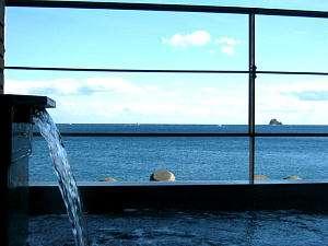 海を眺めながら浸かる温泉は最高です。
