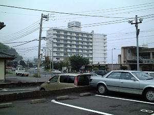 敷地外駐車場から見たホテル