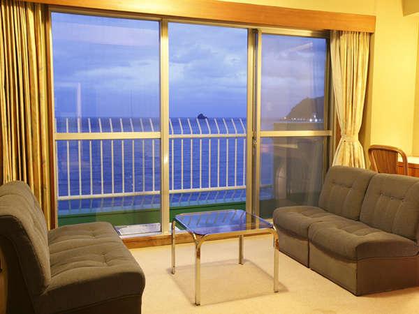 【オーシャンビュー客室からの眺望】房総半島や水平線に上がる朝日をお楽しみいただけます。