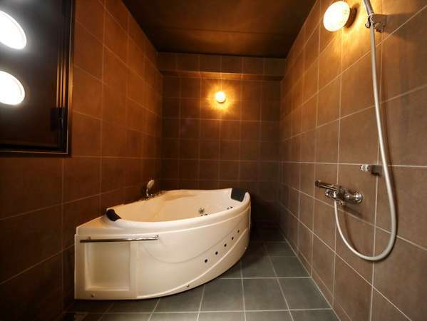 【ロイヤルスイート(特別室)】ブラウンで統一されたお洒落な空間。