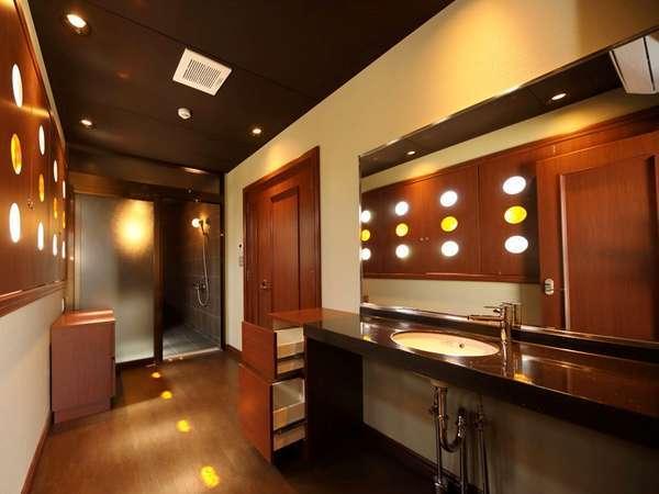 【ロイヤルスイート(特別室)】木のぬくもり溢れる落ち着いた洗面室。
