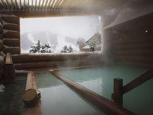 白銀の雪見のログ露天風呂。乳白色源泉かけ流しの硫黄泉。