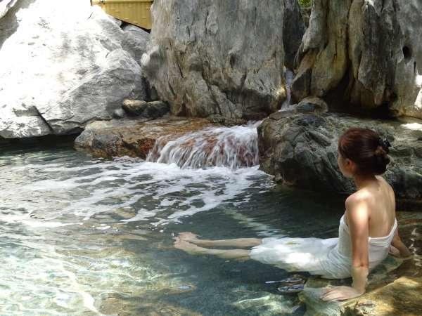 【露天風呂】塩分濃度の高い温泉。海のように「ぷかぷか」浮遊浴で、リラックス♪