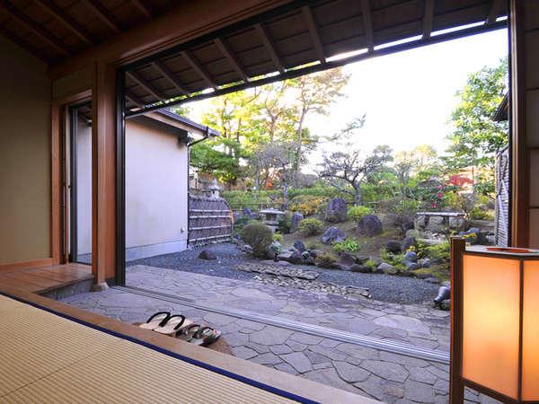 *庭付き14畳. 広い窓を開放することも可能。下駄をはいて散歩も◎