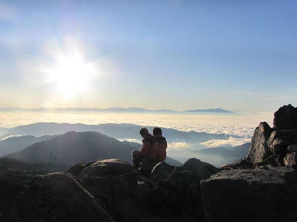 【白山山頂からの眺め】白山山頂は雲の上!そこからの景色は他では見れない景色です。