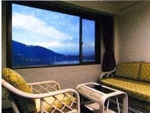 大きな窓から眺める景色はまるで一枚の絵画のよう