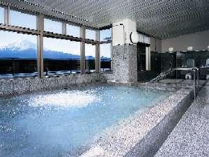 富士と湖を臨む展望大浴場