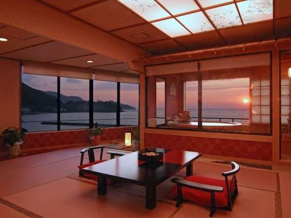 夕陽見の角部屋「ほほえんで見つめて」客室。直径190cm温泉かけ流し露天風呂付