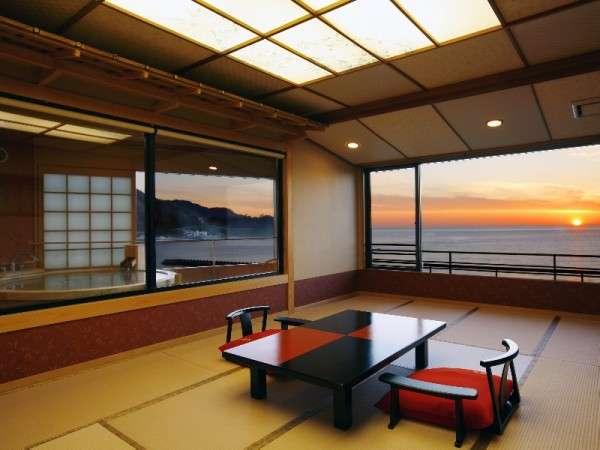 夕陽見の角部屋「やさしさに包まれて」客室。直径190cm温泉かけ流し露天風呂付