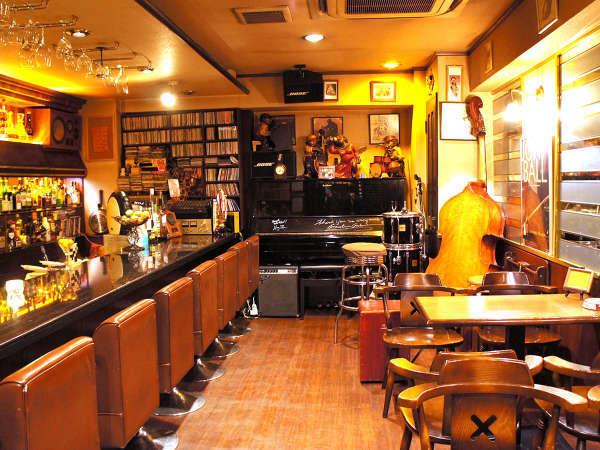 「ビリーズ・バウンス」では定期的にジャズ生演奏が行われ、特別な雰囲気で夜のお酒を楽しめます。