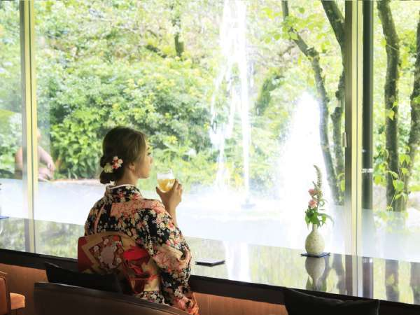 新緑の季節は特に美しい日本庭園を眺めながら一息。