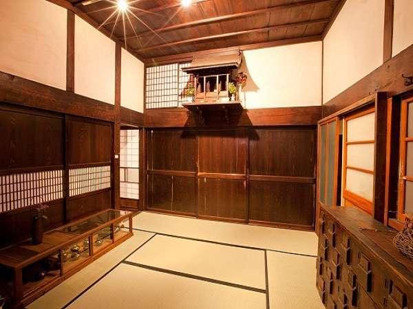 ゲストハウス蔵の入口。宮大工の粋を感じさせる神棚。