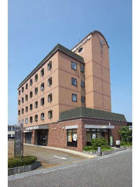 豊岡駅から徒歩5分、コンビニまでは徒歩1分。好立地のビジネスホテルです。